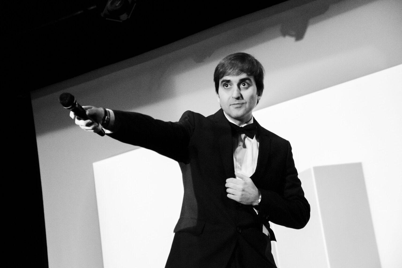 Raúl Melero cantando en la Gala de premios the biombo